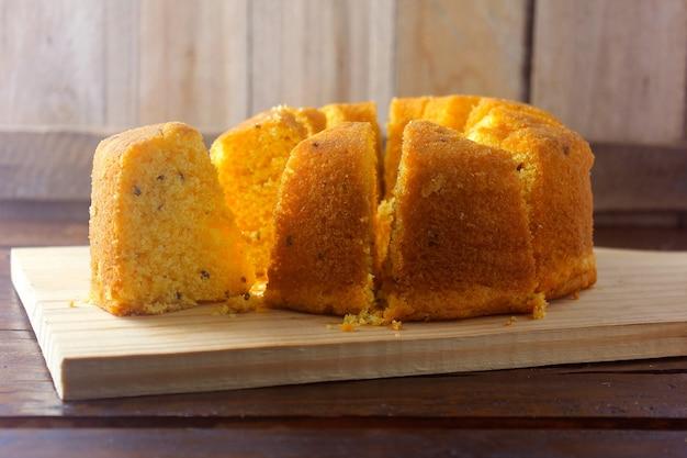 Corn cake gesneden op een houten bord