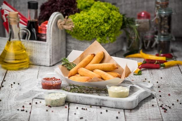 Corn dog. worst gebakken in maïs deeg geserveerd met ketchup