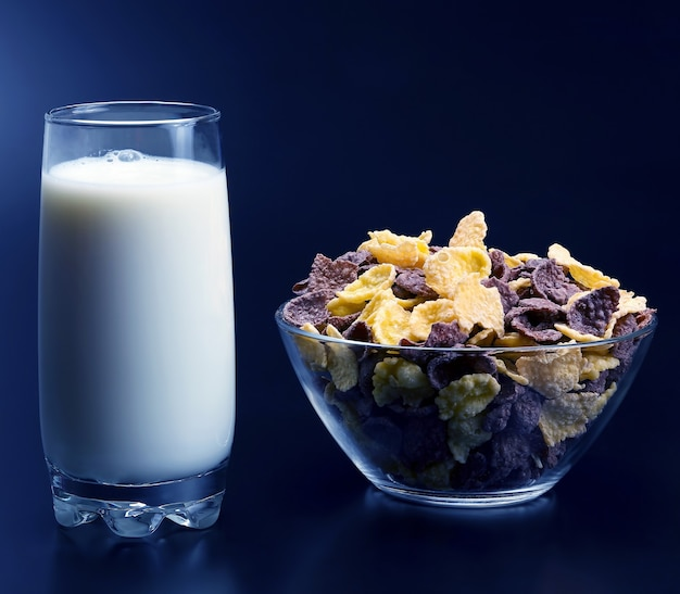 Cornflakes in een bord en een glas melk