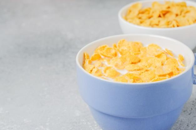 Cornflakes in melk. blauwe beker. gezond en voedzaam ontbijt. kopieer ruimte.