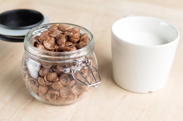 Cornflakes van het chocoladegraangewas en melk voor ontbijt