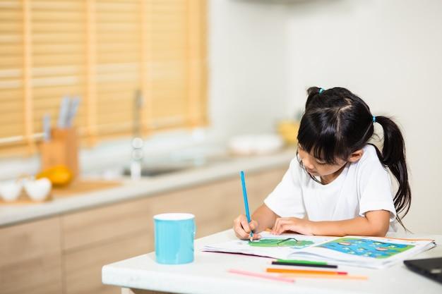 Corona-uitbraak. lockdown en schoolsluitingen. schoolmeisje kijkt naar online onderwijsklas, praat graag met de leraar op internet thuis. covid-19 pandemie dwingt kinderen online te leren
