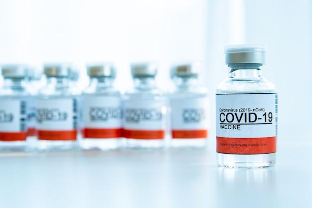 Coronavirus - 2019-ncov- of covid-19-vaccinflessen alleen voor injectie. dringend vaccinonderzoek en productiegebruik bij covid-19 - coronavirusziekte. covid-19-vaccin van dichtbij met copyspace.
