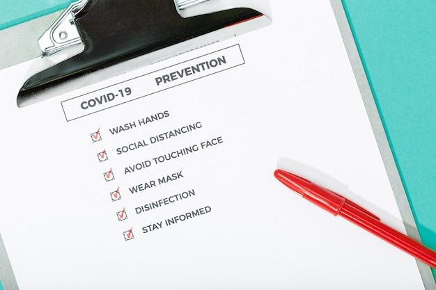 Coronavirus-adviezen of preventieconcept. bovenaanzicht van een covid-19-preventiechecklist en veiligheidsuitrusting