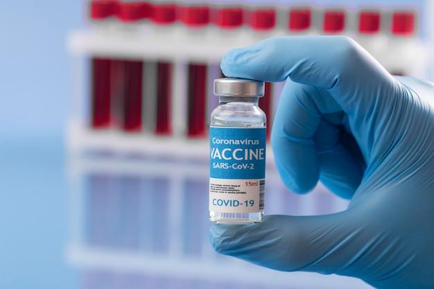 Coronavirus assortiment met bloedmonsters en vaccin