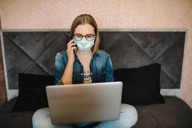 Coronavirus. bedrijfsvrouw die in huis werken, die beschermend masker in quarantaine dragen. blijf thuis.