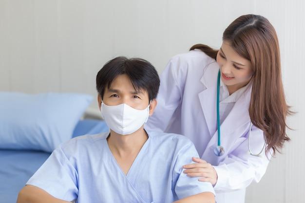 Coronavirus-beschermingsconcept aziatische doktersvrouw die praat met een mannelijke patiënt die een gezichtsmasker draagt
