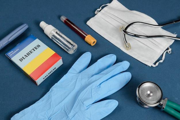 Coronavirus-beschermingskit op donkerblauwe achtergrond met diabetescomplicaties