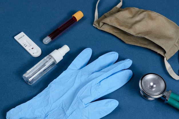 Coronavirus-beschermingskit op donkerblauwe achtergrond