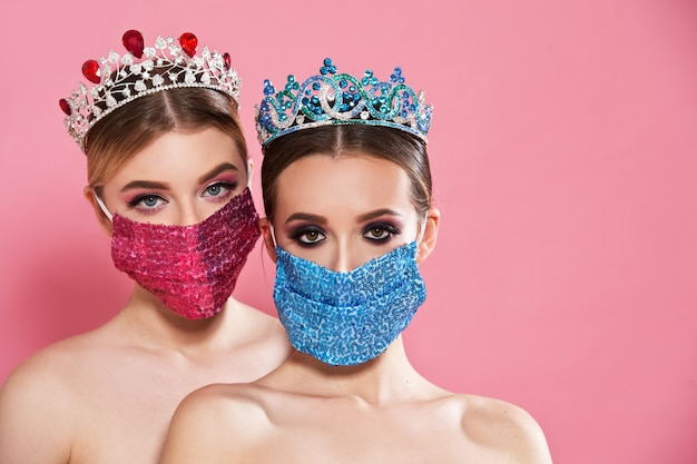 Coronavirus concept. vrouwen dragen maskers en kronen.