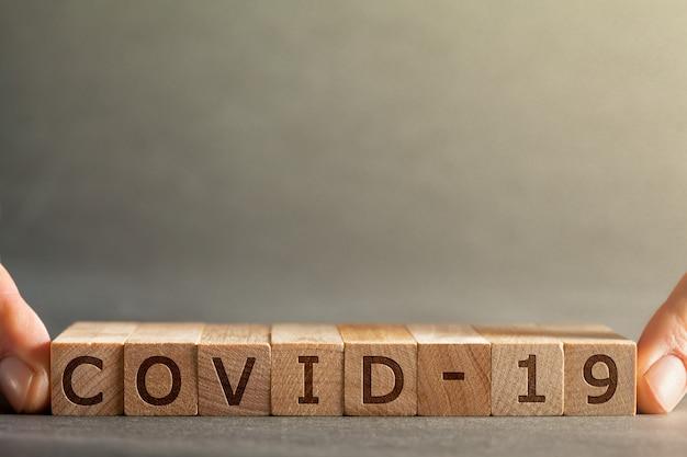 Coronavirus covid-19 inscriptie op houten blokken pm2.5 concept.