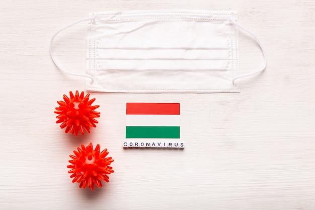 Coronavirus covid concept bovenaanzicht beschermend ademhalingsmasker en vlag van hongarije