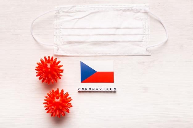 Coronavirus covid concept bovenaanzicht beschermend ademhalingsmasker en vlag van tsjechië