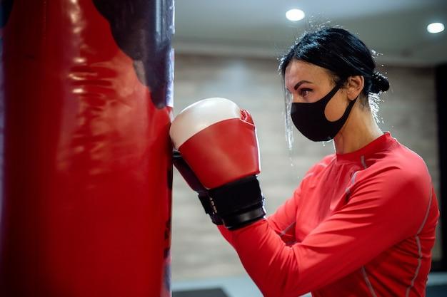 Coronavirus covid-preventie bestrijdt meisje met een medisch masker
