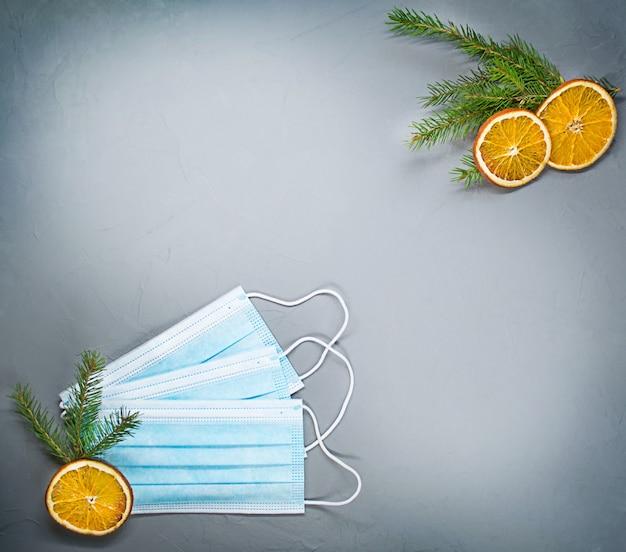 Coronavirus en kerstconcept. gezicht beschermend masker en feestelijke kerstlijst. covid19-maatregel om verspreiding te voorkomen. kerst medische ronduit