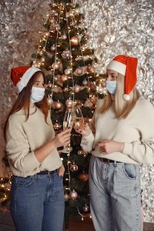 Coronavirus en kerstconcept.