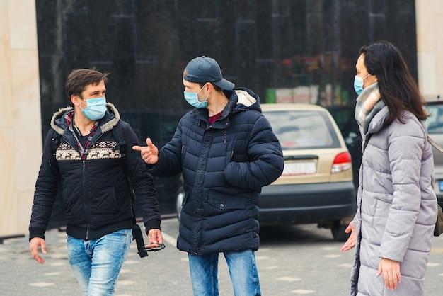 Coronavirus-epidemie in europa. mensen dragen gezichtsmaskers tijdens de uitbraak van het coronavirus.