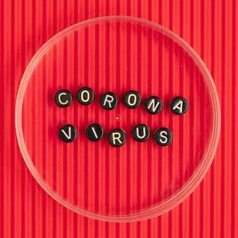 Coronavirus kralen tekst typografie op rood