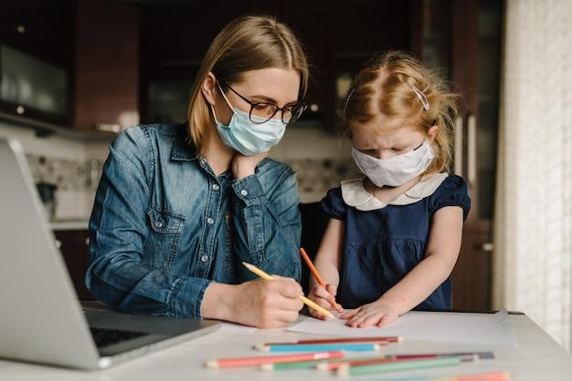 Coronavirus. moeder en dochter dragen van beschermend masker in quarantaine.