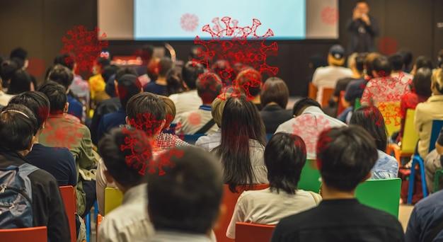 Coronavirus-netwerkuitbraak via achteraanzicht van luisterende luisteraars sprekers op het podium