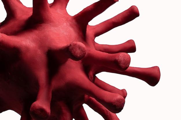Coronavirus of het andere viruscelmodel gemaakt van een boetseerklei die op wit wordt geïsoleerd
