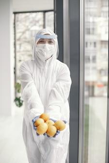 Coronavirus pandemie covid-2019. beschermend pak, bril, handschoenen, masker.