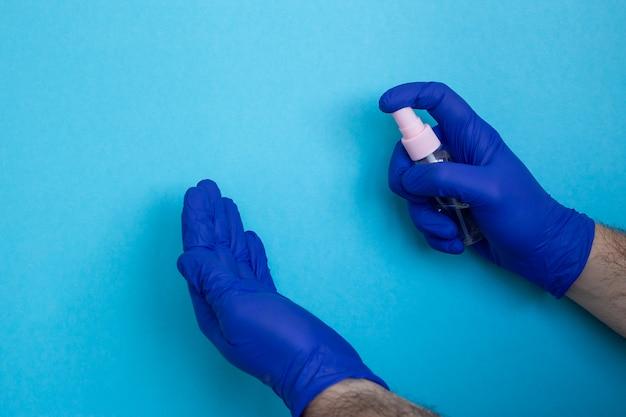 Coronavirus preventie handdesinfecterende gel voor handhygiëne corona virusbescherming geïsoleerd op blauw