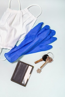 Coronavirus preventie. medische maskers en handschoenen, bovenaanzicht. corona-virusbescherming bij het verlaten van huis