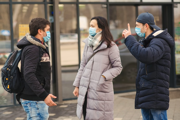 Coronavirus-quarantaine. vrienden dragen gezichtsmasker. mensen praten op straat. luchtvervuiling. wereldwijde pandemie.