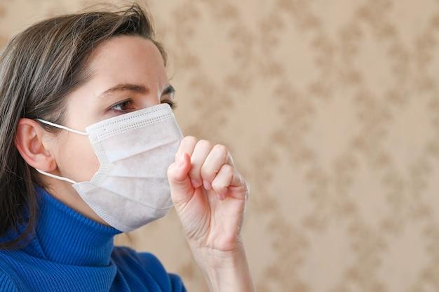 Coronavirus-symptomen - loopneus, keelpijn, hoesten, koorts. jonge vrouw ziek van griepvirusinfectie die coronavirus verspreidt.