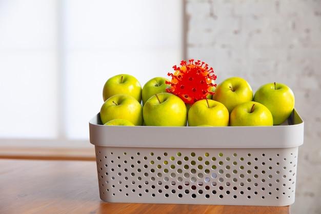 Coronavirus verstopt zich in gebruikelijke dingen - controleer de reiniging en versheid van uw fruit en voedsel. een van het stel. appels, sinaasappels, citroenen op de keukentafel. pandemie, epidemisch concept, desinfecteren.