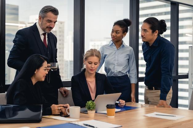 Corporate business team en manager in een vergadering. jong team van collega's die geweldige zakelijke bespreking maken in een modern coworking-kantoor. teamwork mensen concept