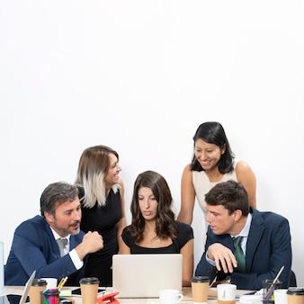 Corporate medewerkers met kopie ruimte