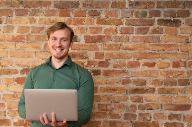 Corporate werknemer poseren met een laptop