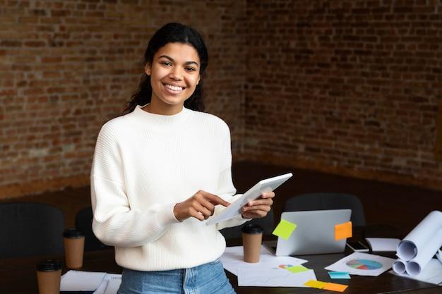 Corporate werknemer poseren op kantoor