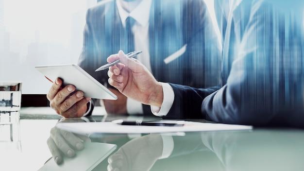 Corporate zakenlieden werken op tablet op kantoor