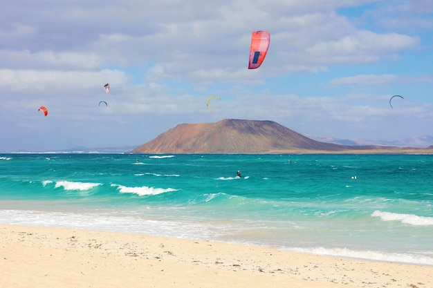 Corralejo dunas-strand met het eiland lobos en kitesurfers, fuerteventura