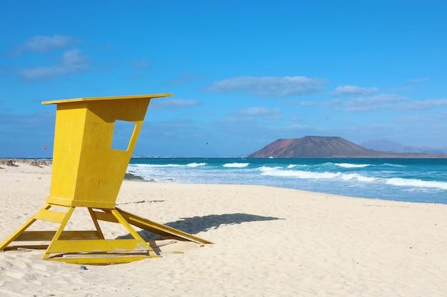 Corralejo dunas-strand met lobos-eiland op de achtergrond in fuerteventura, canarische eilanden