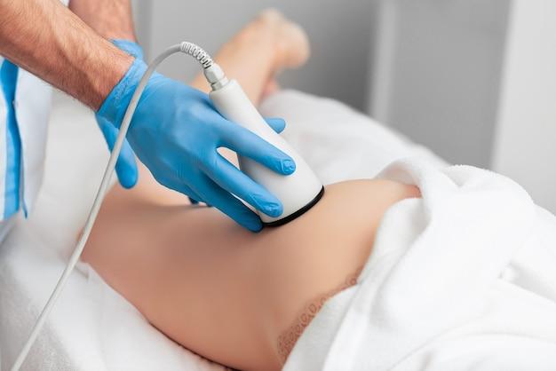 Correctie en aanscherping van de figuur met echografie in cosmetologie.
