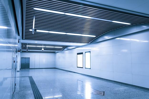 Corridor met verlichting