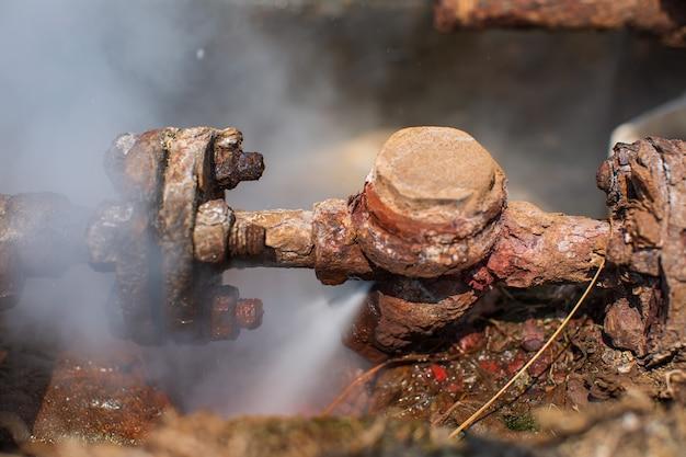 Corrosie roestig door klepbuis stoom gaslek pijpleiding bij isolatie
