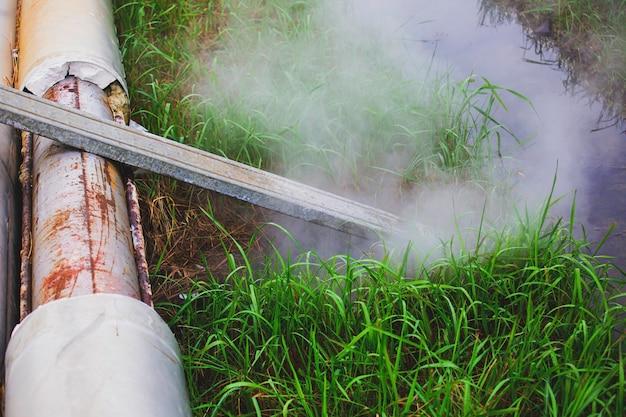 Corrosie roestig door mofbuis stoom gaslek pijpleiding bij isolatie