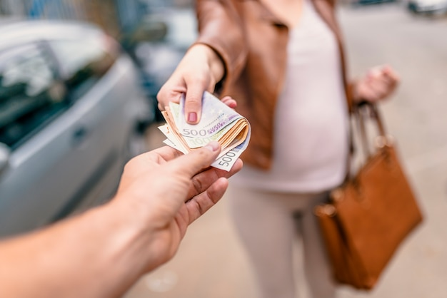 Corruptieconcept, man die geld van vrouw neemt. vrouw die geld geeft aan een man