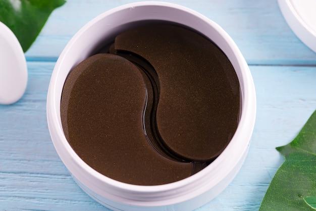 Cosmetica collageen bruine vlekken in een plastic pot voor de huid rond de ogen.