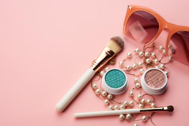 Cosmetica decoratie accessoires glamour roze achtergrond bovenaanzicht