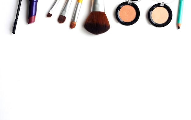 Cosmetica en make-upborstels op een witte achtergrond, bovenaanzicht, kopie ruimte