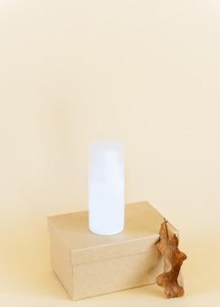 Cosmetica in een witte pot op een doos