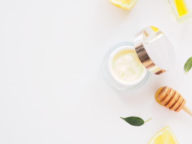 Cosmetica met honing voor lichaam, gezicht en haarverzorging plat met kopie ruimte