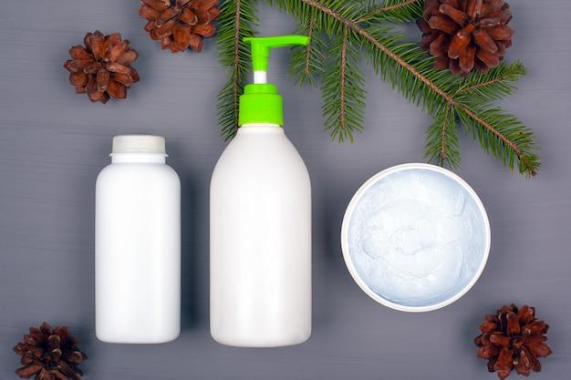 Cosmetica met naaldsmaak, aroma en dennentakken en kegels. natuurlijke schoonheidscosmetica.
