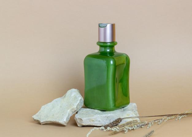 Cosmetica op een bruin. minimalisme. huidverzorging. lichaamsverzorging.